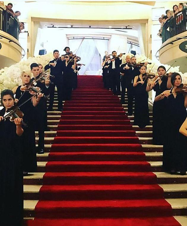 Violinists greeted the guests. Photo: CEN/vitaminaevents
