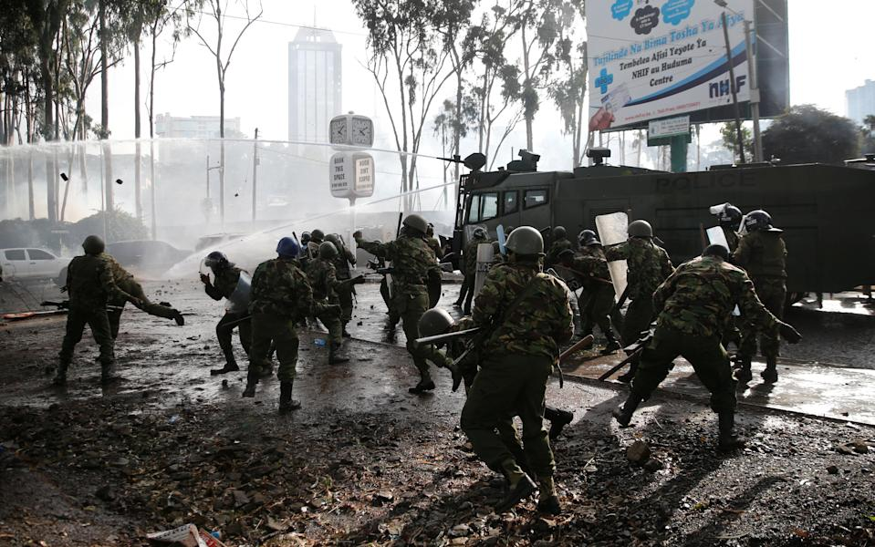 <p>Riot police use stones to disperse the convoy of Kenyan opposition leader Raila Odinga of the National Super Alliance (NASA) coalition as they attempt to access the Uhuru Park grounds upon his return in Nairobi, Kenya, Nov. 17, 2017. (Photo: Thomas Mukoya/Reuters) </p>