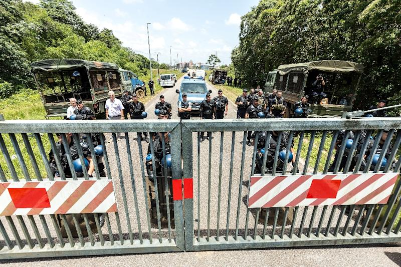 Riot policemen stand at the entrance of the Kourou space center (Centre Spatial Guyanais) during a protest over security and the state of the economy on April 4, 2017 in Kourou, French Guiana (AFP Photo/jody amiet)