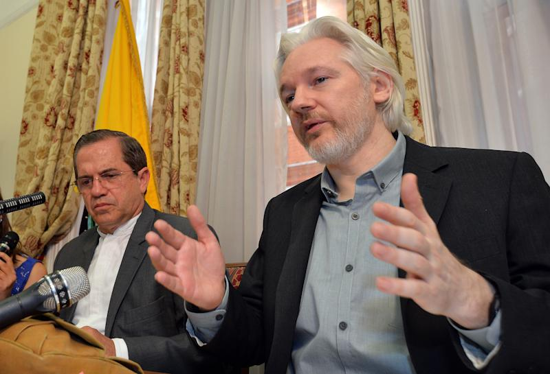 WikiLeaks founder Julian Assange (R) with Ecuador's Foreign Minister Ricardo Patino (L) during a press conference inside the Ecuadorian Embassy in London on August 18, 2014 (AFP Photo/John Stillwell)