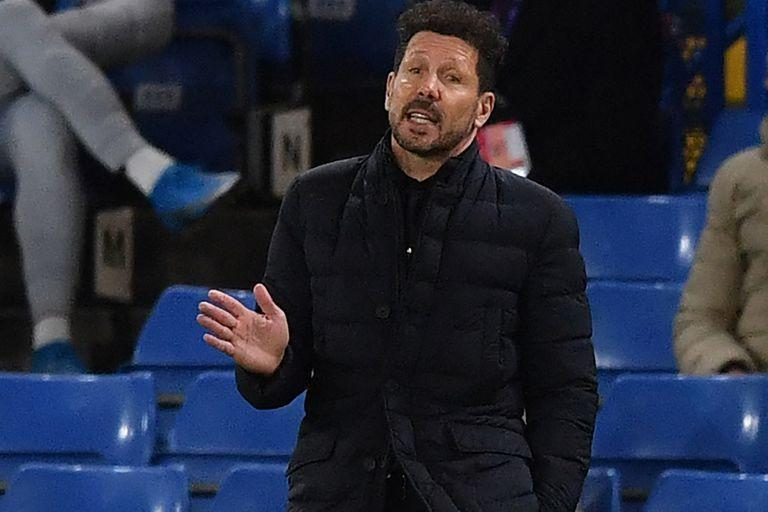 Atletico Madrid's Argentine coach Diego Simeone gestures from the side-lines during the UEFA Champions League round of 16 second leg football match between Chelsea and Atletico Madrid at Stamford Bridge in London on March 17, 2021. (Photo by Ben STANSALL / AFP)