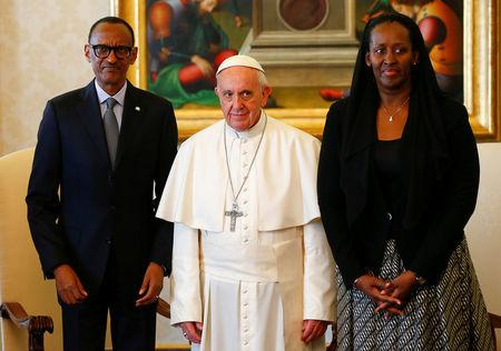 Pope Francis poses with Rwanda's President Paul Kagame and his wife Jeannette during a private meeting at the Vatican March 20, 2017. REUTERS/Tony Gentile