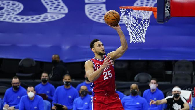 Pebasket Philadelphia 76ers, Ben Simmons berusaha memasukan bola kedalam ring pada laga lanjutan NBA melawan LA Lakers di Wells Fargo Center Arena, Philadelphia, AS, Kamis (28/1/2021). (Foto: AP Photo/Matt Slocum)