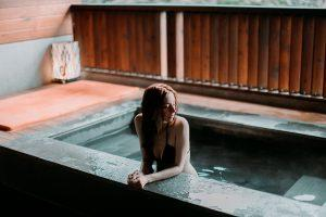 Meghan選擇這間溫泉Spa的個人湯屋擁有開闊視野 | The hot spring spa hotel that Meghan visited overlooks some scenic mountains and streams. (Courtesy of Meghan)