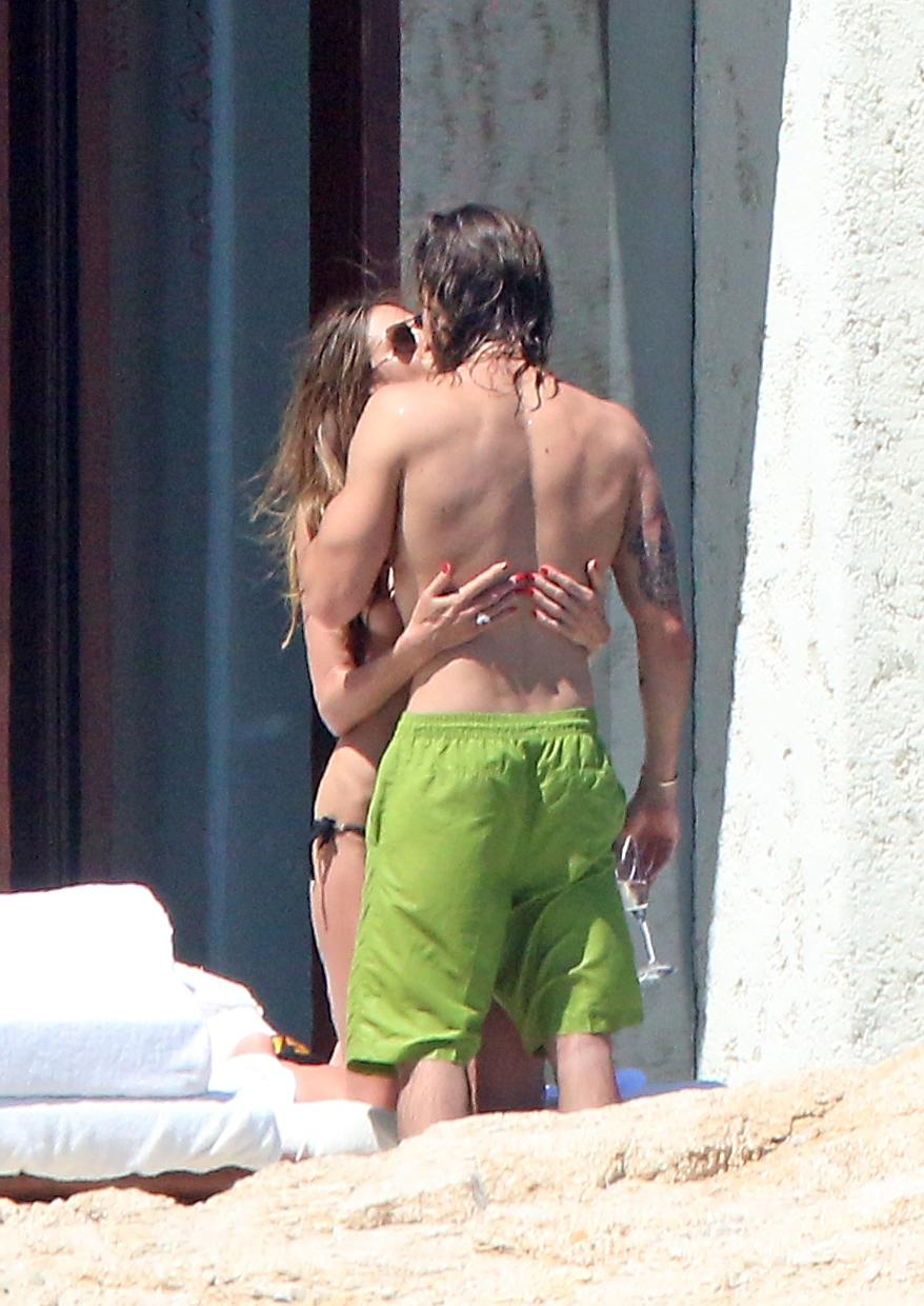 Heidi Klum forgets bathing suit on Cabo vacation with new boyfriend