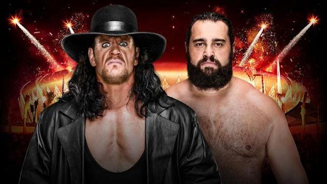 Der Undertaker (l.) trifft beim WWE Greatest Royal Rumble in Saudi-Arabien auf Rusev