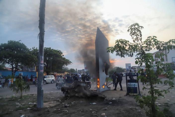 Residents set fire to mysterious monolith that appeared in Kinshasa