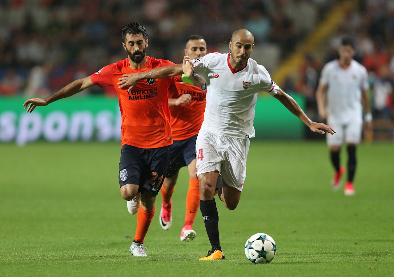 Soccer Football - Champions League - Istanbul Basaksehir vs Sevilla - Qualifying Play-Off First Leg - Istanbul, Turkey - August 16, 2017   Sevilla's Guido Pizarro in action with Istanbul Basaksehir's Mahmut Tekdemir    REUTERS/Osman Orsal