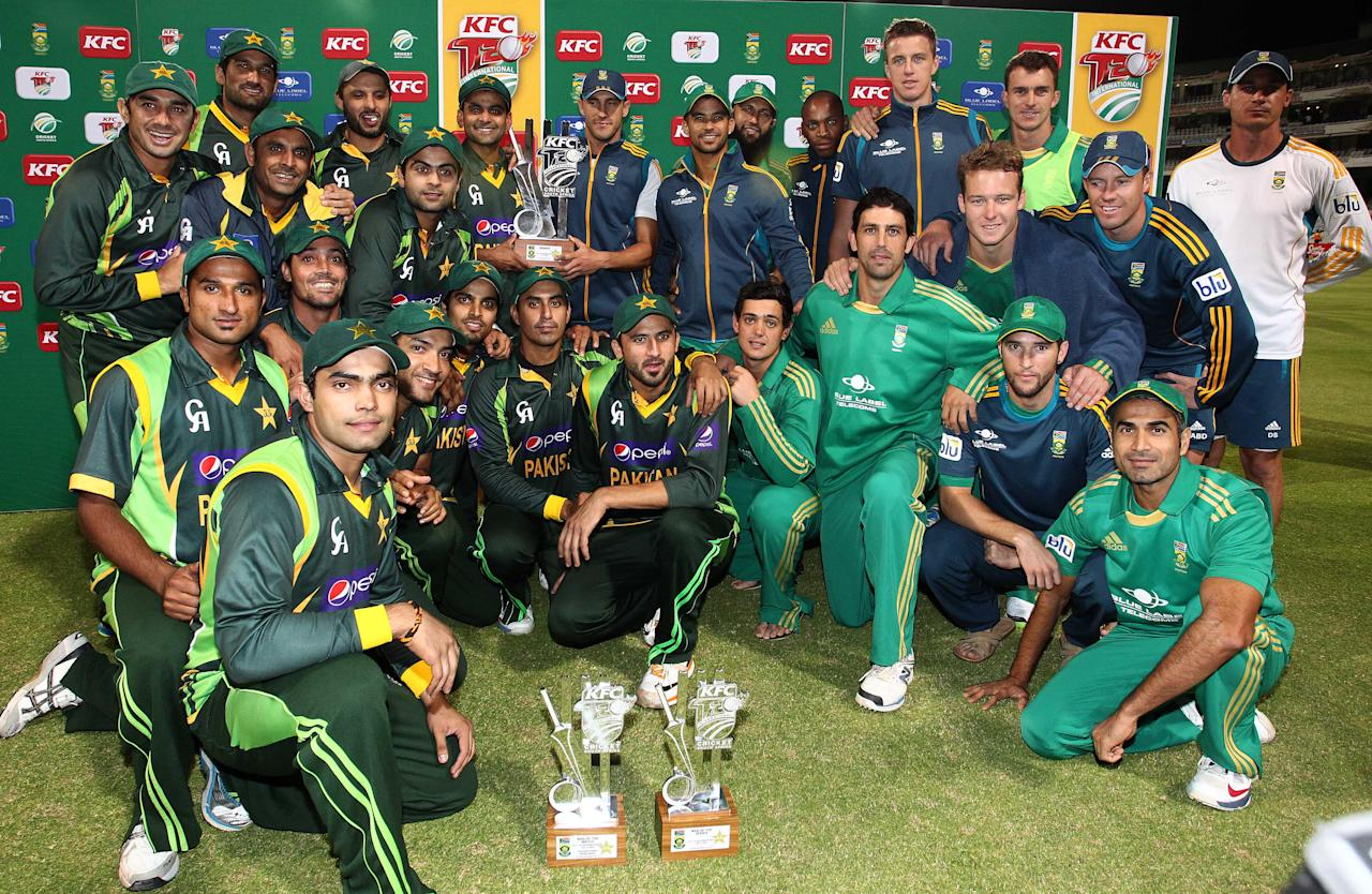 CAPE TOWN, SOUTH AFRICA - NOVEMBER 22: Pakistan and South Africa Teams together after sharing the Series during the 2nd T20 International match between South Africa and Pakistan at Sahara Park Newlands on November 22, 2013 in Cape Town, South Africa. (Photo by Shaun Roy/Gallo Images/Getty Images)
