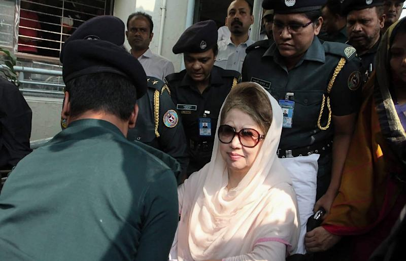Bangladesh's main opposition leader Khaleda Zia looks on as she is escorted back to prison from a hospital visit in Dhaka in November 2018 (AFP Photo/-)