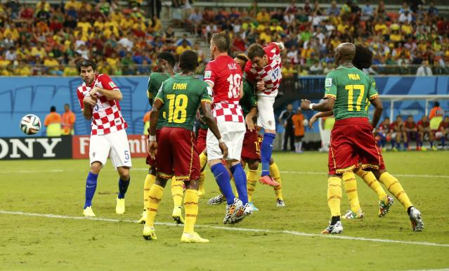 Croatia's Mario Mandzukic (17) heads the ball to score a goal during their 2014 World Cup Group A soccer match against Cameroon at the Amazonia arena in Manaus June 18, 2014. REUTERS/Siphiwe Sibeko (BRAZIL - Tags: SOCCER SPORT WORLD CUP)