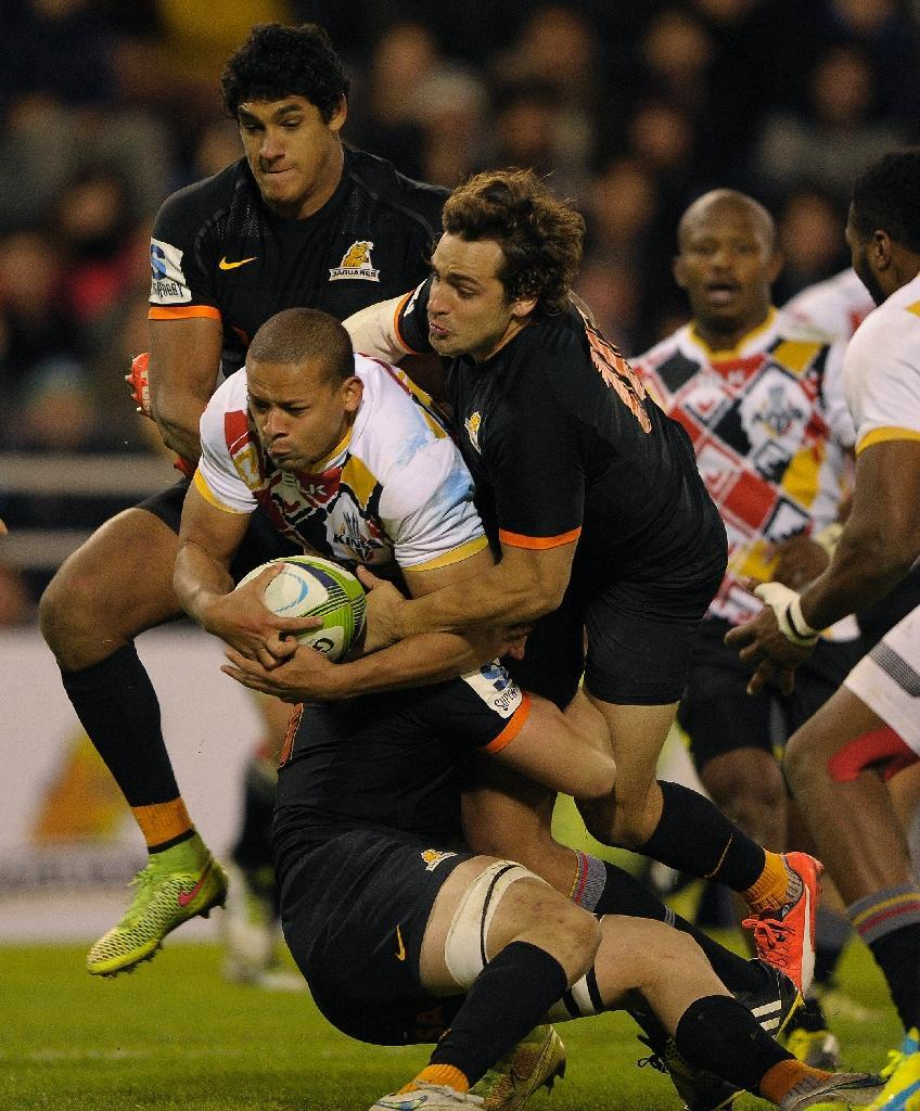 Southern Kings' lock John Charles Astle is tackled by Jaguares' Nicolas Sanchez during their Super Rugby match at the Jose Amalfitani stadium in Buenos Aires, Argentina on April 30, 2016 (AFP Photo/Alejandro Pagni)