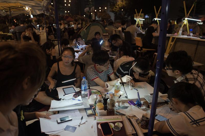 Pro-democracy demonstrators study in the Admiralty district of Hong Kong on October 20, 2014 (AFP Photo/Nicolas Asfouri)