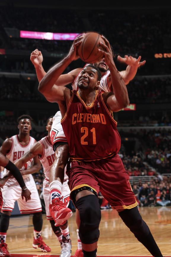 CHICAGO, IL - NOVEMBER 11: Andrew Bynum #21 of the Cleveland Cavaliers shoots past Joakim Noah #13 of the Chicago Bulls on November 11, 2013 at the United Center in Chicago, Illinois. (Photo by Gary Dineen/NBAE via Getty Images)