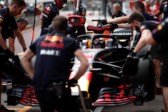Motoracing - Formula One F1 - Monaco Grand Prix - Circuit de Monaco, Monte Carlo, Monaco - May 24, 2018 Red Bull's Daniel Ricciardo with pit crew during practice REUTERS/Benoit Tessier