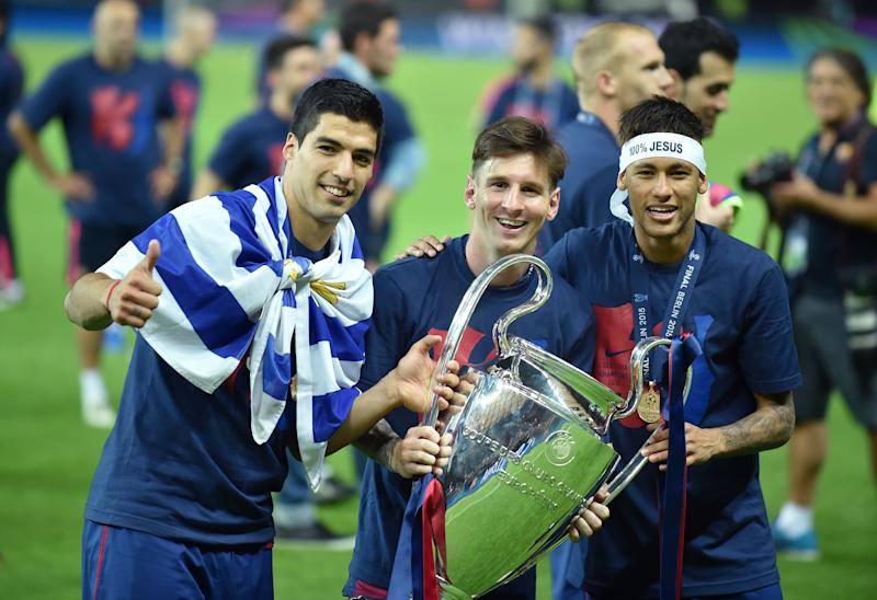 (GERMANY OUT) FUSSBALL CHAMPIONS LEAGUE FINALE SAISON 2014/2015 Juventus Turin - FC Barcelona JUBEL CHL Sieger 2015 FC Barcelona: Luis Suarez, Lionel Messi un Neymar (Barca (v.li.) mit Pokal (Photo by Pressefoto Ulmer\ullstein bild via Getty Images)