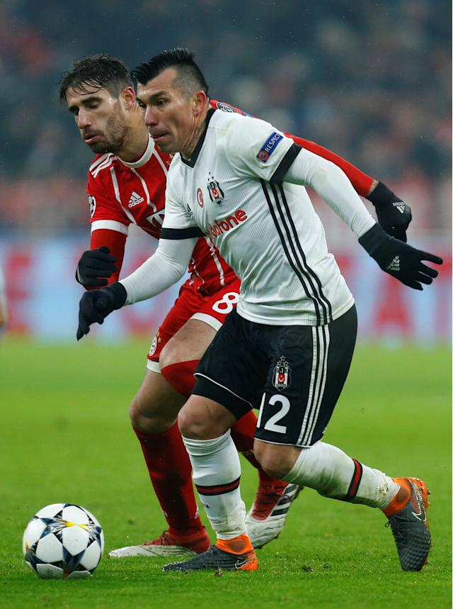 Soccer Football - Champions League Round of 16 First Leg - Bayern Munich vs Besiktas - Allianz Arena, Munich, Germany - February 20, 2018 Besiktas' Gary Medel in action with Bayern Munich's Javi Martinez REUTERS/Ralph Orlowski