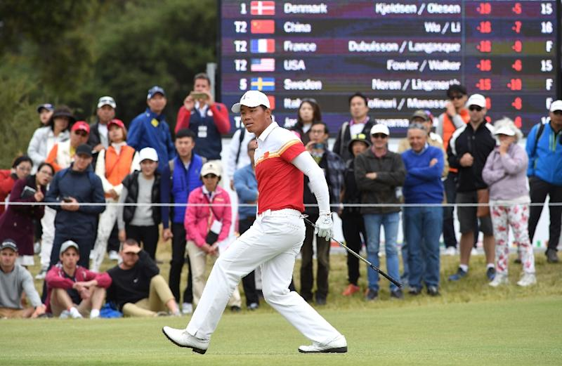 Wu Ashun of China watches the ball after a putt during the final day of the World Cup of Golf in Melbourne (AFP Photo/William West)