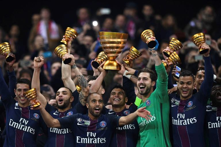 Paris Saint-Germain's Thiago Silva (C) holds the trophy as he celebrates with teammates after winning their French League Cup final against Monaco (ASM) on April 1, 2017