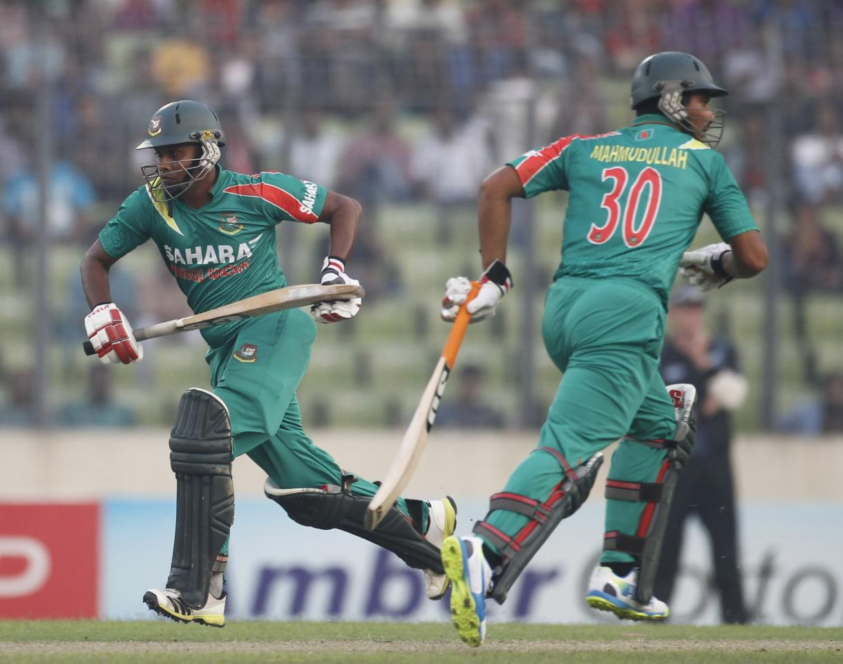 Bangladesh's Sohag Gazi (L) and Mahmudullah run between the wickets during their second one-day international (ODI) cricket match against New Zealand in Dhaka October 31, 2013. REUTERS/Andrew Biraj (BANGLADESH - Tags: SPORT CRICKET)