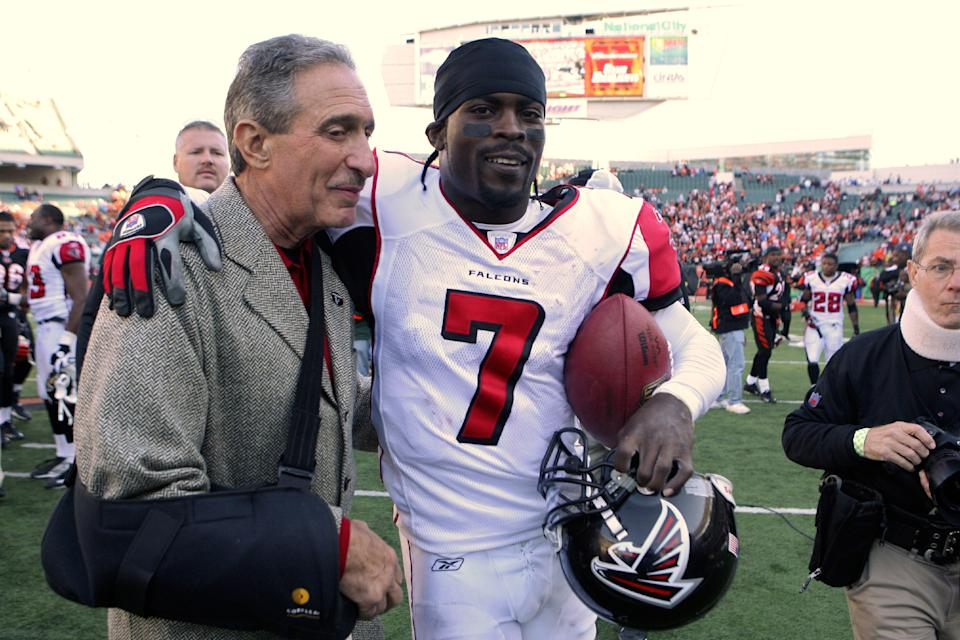 Arthur Blank and Michael Vick in 2006. (Photo by Michael Hickey/Getty Images)