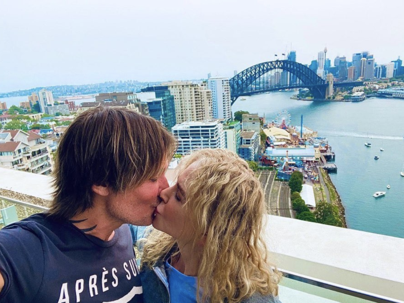 Nicole Kidman and Keith Urban kissing in front of the Sydney Harbour Bridge