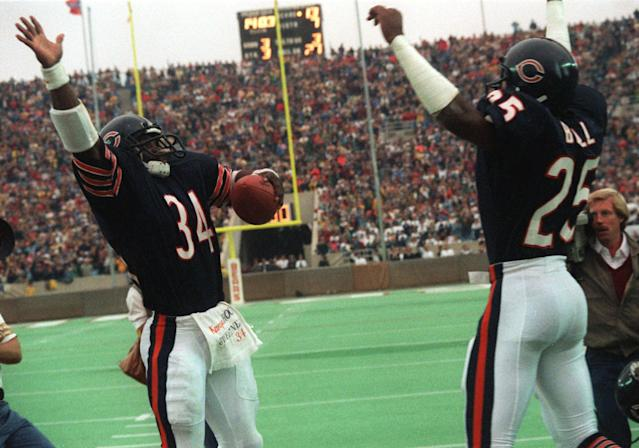 Walter Payton (L) celebrates becoming the NFL's all-time leading rusher, surpassing Jim Brown, in 1984.(AP)