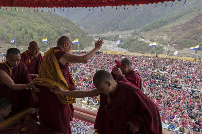 <p>Tibetan spiritual leader the Dalai Lama, waves to supporters during teachings after consecrating the Thupsung Dhargyeling Monastery in Dirang, Arunachal Pradesh, India, April 6, 2017. The Dalai Lama consecrated the Buddhist monastery on Thursday in India's remote northeast, amid Chinese warnings that the exiled Tibetan spiritual leader's visit to the disputed border region would damage bilateral relations with India. (Photo: Tenzin Choejor/AP) </p>