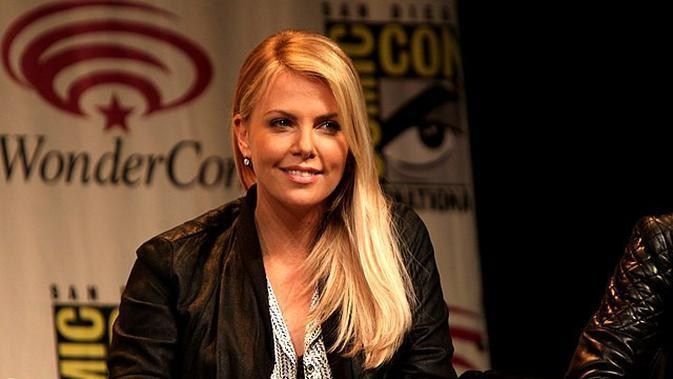Charlize Theron speaking at the 2012 WonderCon in Anaheim, California (Sumber: Wikimedia commons)