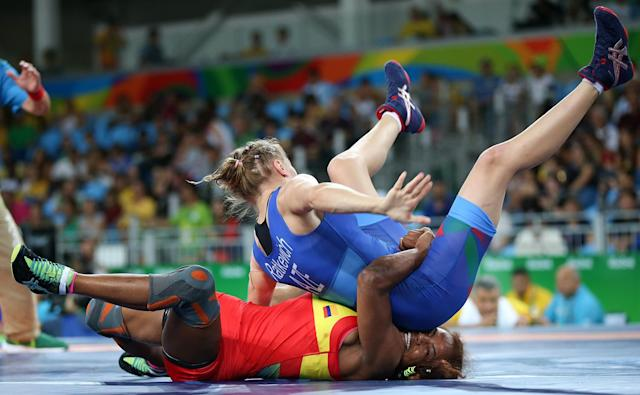 <p>Jackeline Renteria of Colombia and Yulia Ratkevich of Azerbaijan compete in the women's freestyle (58kg) wrestling quarterfinal on August 17, 2016. (REUTERS/Toru Hanai) </p>