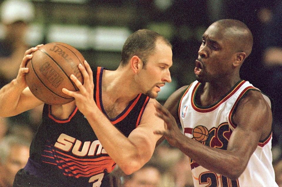 SEATTLE, UNITED STATES:  Seattle Supersonic Gary Payton (R) keeps Phoenix Sun Rex Chapman in check during first quarter action of their game in Seattle on 06 April.  AFP PHOTO/DAN LEVINE (Photo credit should read DAN LEVINE/AFP via Getty Images)