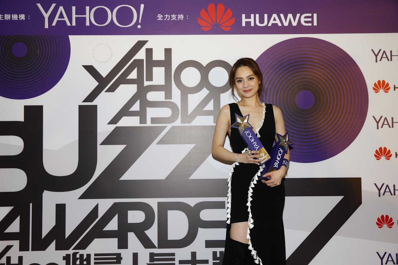 <p>Gillian Chung collects awards for Top Buzz Spokesperson and Most Appealing HK Groups for TWINS at the Yahoo Asia Buzz Awards 2017 in Hong Kong on Wednesday (6 December).</p>