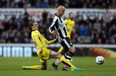 Britain Soccer Football - Newcastle United v Burton Albion - Sky Bet Championship - St James' Park - 5/4/17 Jonjo Shelvey of Newcastle United (R) and Jackson Irvine of Burton Albion in action Mandatory Credit: Action Images / Ed Sykes Livepic