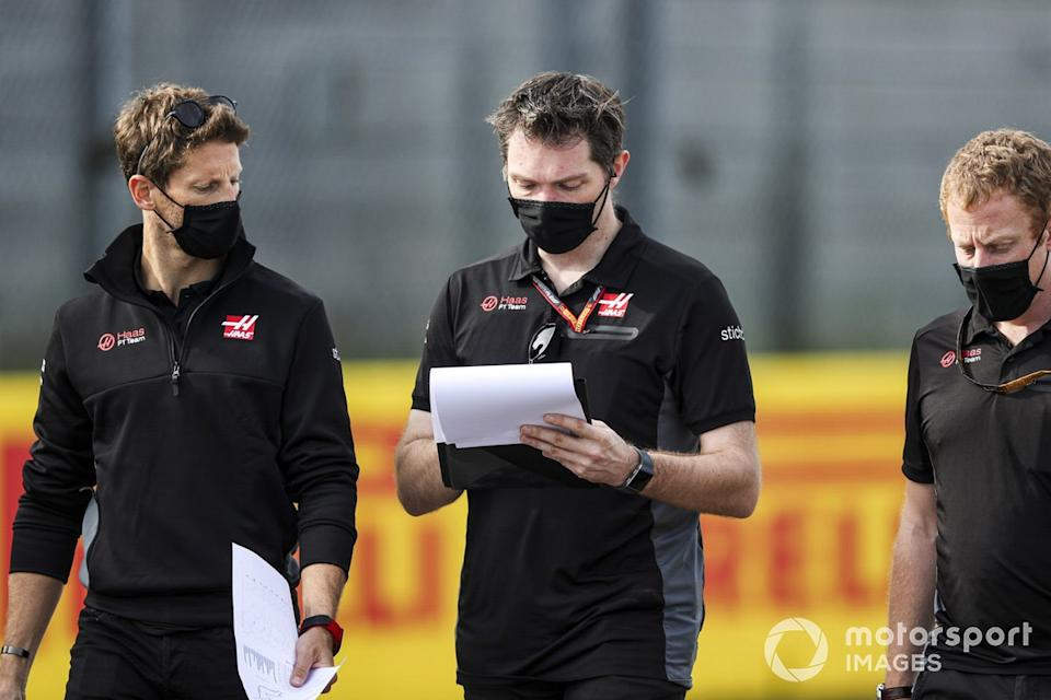 "Romain Grosjean, Haas F1, recorre Imola con sus compañeros<span class=""copyright"">Charles Coates / Motorsport Images</span>"