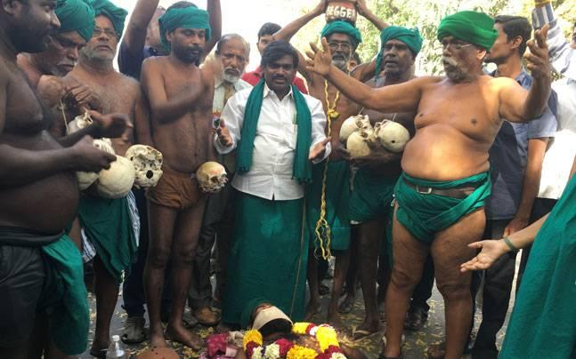 Tamil Nadu farmers soldier on with skull protest in Delhi's heat even as government turns deaf ear