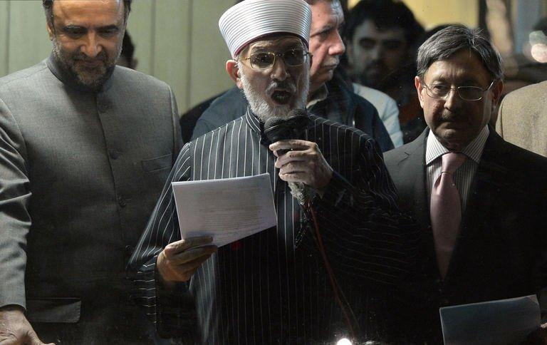 Pakistani Muslim cleric Tahir-ul Qadri (C) addresses a protest rally in Islamabad on January 17, 2013