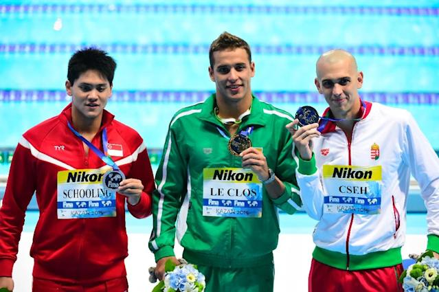 South Africa's gold medallist Chad Le Clos (C), Hungary's silver medallist Laszlo Cseh (R) and Singapore's bronze medallist Joseph Isaac Schooling pose on the podium of the men's 100m butterfly at the FINA World Championships in Kazan, August 8, 2015 (AFP Photo/Alexander Nemenov)