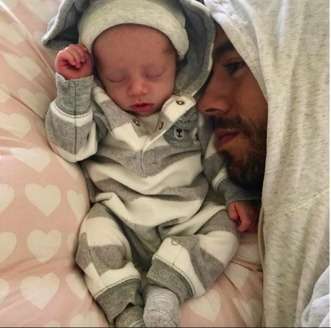 Instagram: Enrique Iglesias with his baby, one of the twins