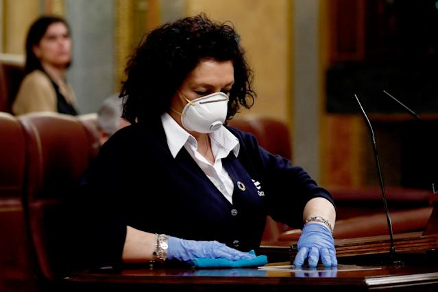 Valentina, una ujier del Congreso, limpiando el atril después de cada intervención (MARISCAL/POOL/AFP via Getty Images)