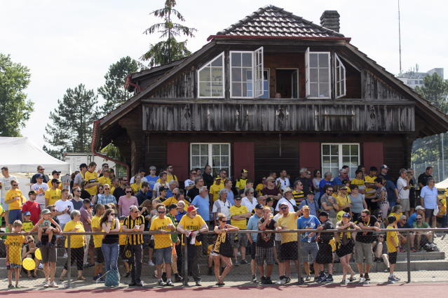AA0701 UHRC. Bern (Switzerland Schweiz Suisse), 14/07/2018.- Young Boys Bern fans watch the a friendly soccer match of the international Uhrencup tournament between BSC Young Boys and Wolverhampton Wanderers F.C. at the Stadion Neufeld in Bern, Switzerland, 14 July 2018. (Futbol, Amistoso, Suiza) EFE/EPA/ANTHONY ANEX
