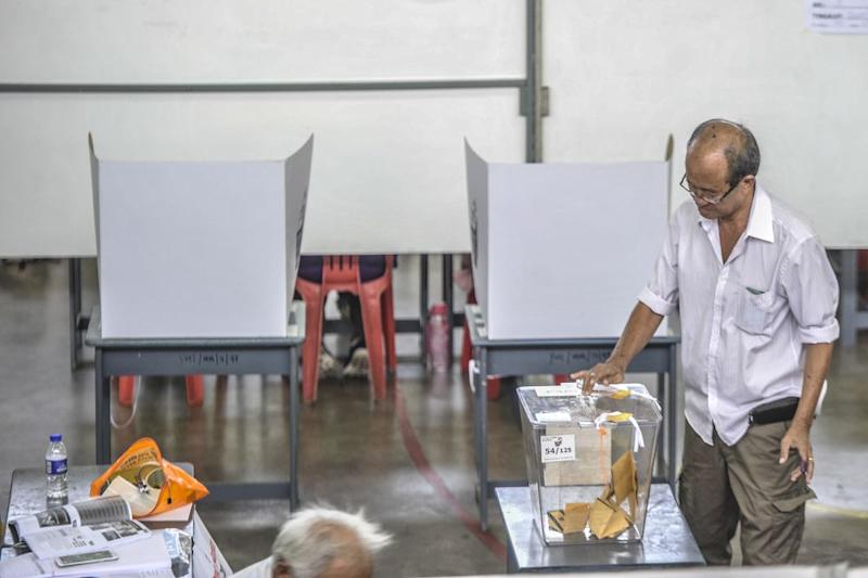A man casts his vote during the Tanjung Piai by-election at SJK(C) Yu Ming in Pontian November 16, 2019. — Picture by Shafwan Zaidon