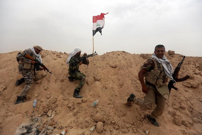 Iraqi Shiite fighters from the Popular Mobilization units hold a position on the Tharthar frontline on the edge of Anbar province, 120 kms northwest of Baghdad, on June 1, 2015 (AFP Photo/Ahmad Al-Rubaye)