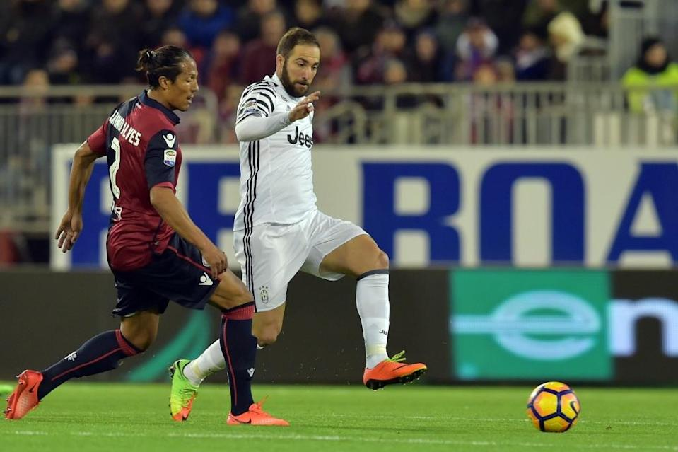 Juventus' Gonzalo Higuain (R) fights for the ball with Cagliari's Bruno Alves during their Italian Serie A match, at Sant'Elia Stadium in Cagliari, on February 12, 2017 (AFP Photo/Giuseppe Cacace)