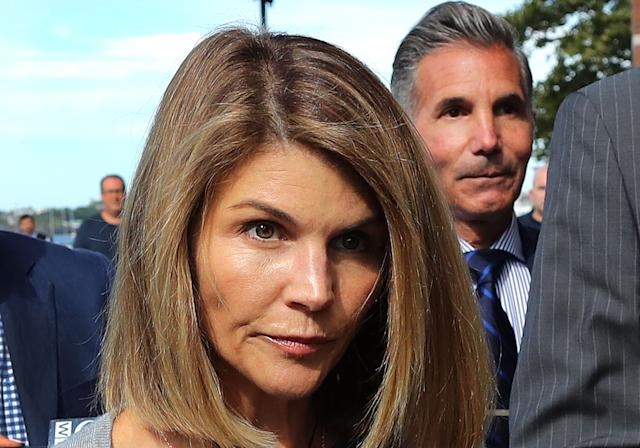 Lori Loughlin S Attorney Wants Her Trial Date Pushed Back To 2021