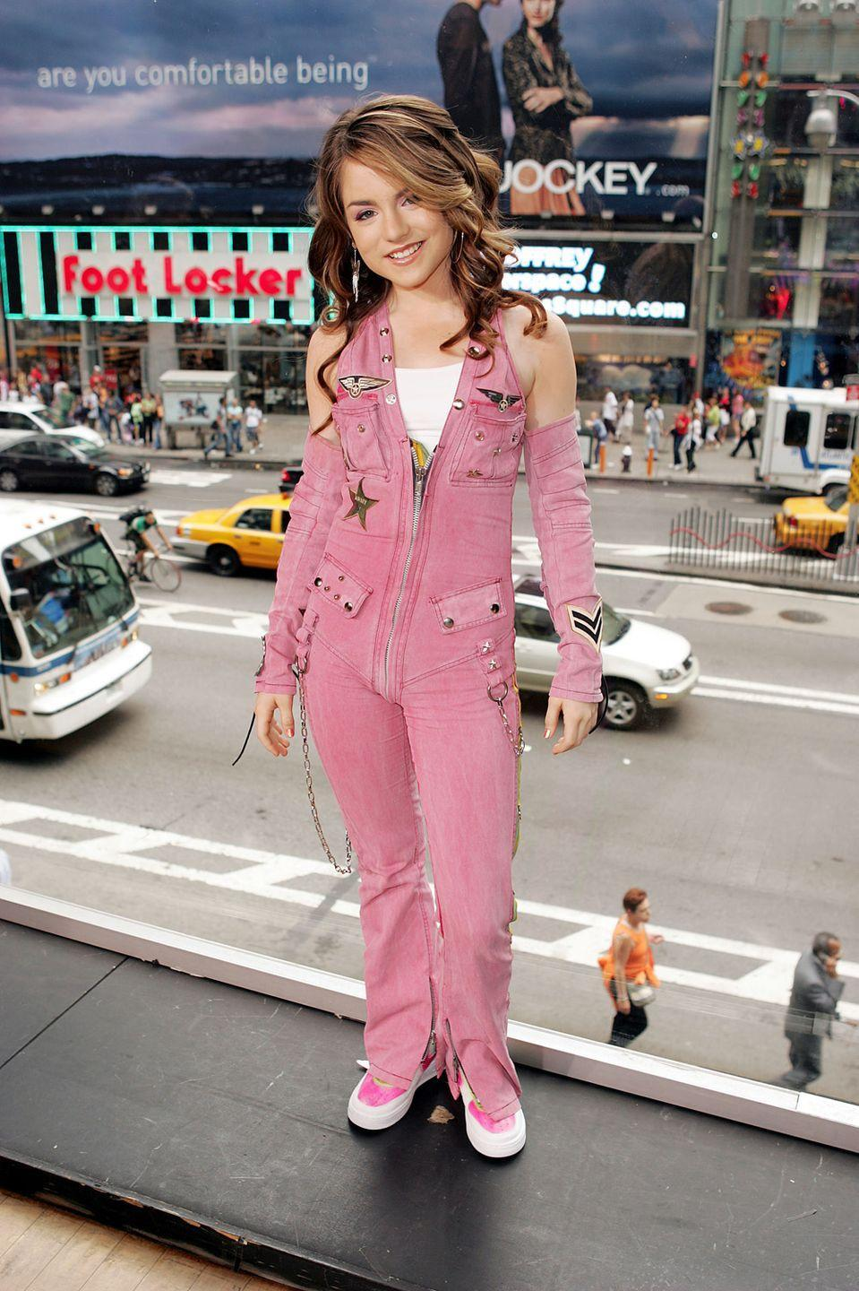 <p>I'm guessing JoJo didn't pick this outfit to look like a toddler working the pit at the Indianapolis 500. But sure enough, she does. </p>