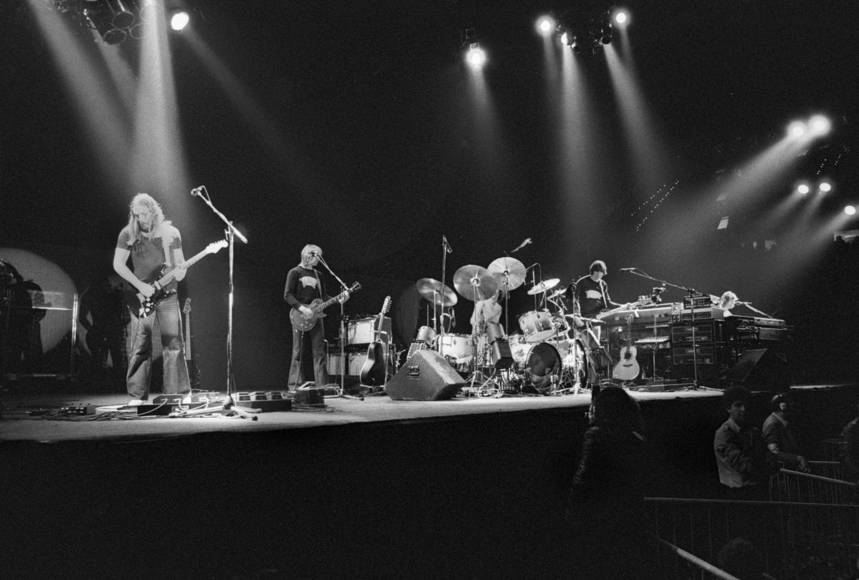 ROTTERDAM, NETHERLANDS - FEBRUARY: Pink Floyd perform on stage at Ahoy in Rotterdam, Netherlands in February 1977 during the Animals tour. L-R David Gilmour, Snowy White, Nick Mason, Roger Waters, Rick Wright. (Photo by Gijsbert Hanekroot/Redferns)