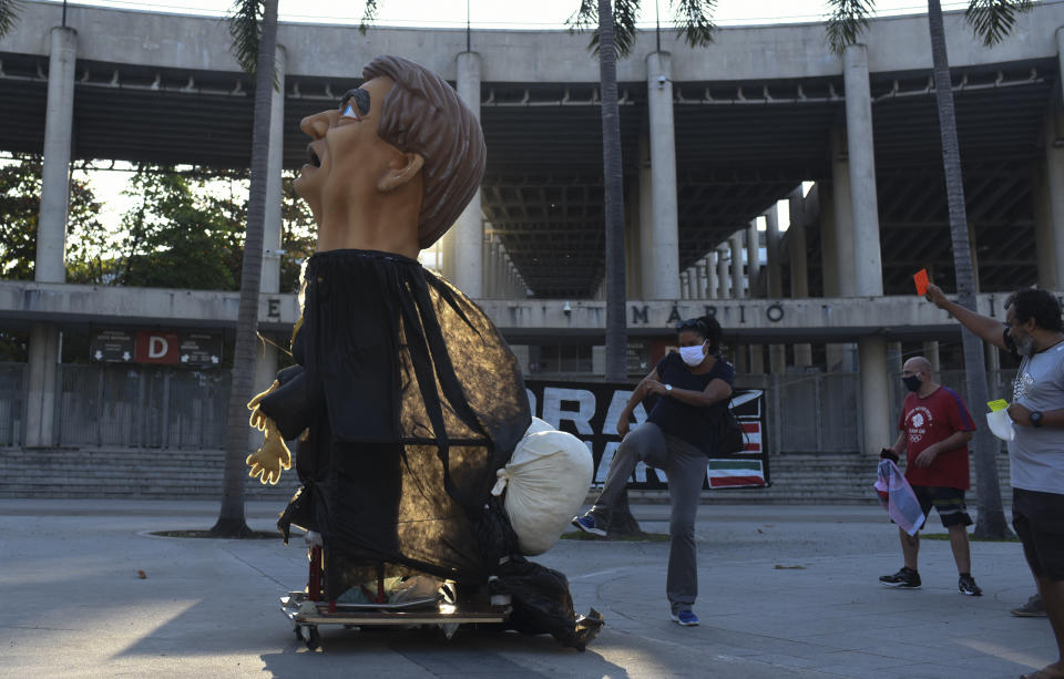 People kicking President Jair Bolsonaro's Dummy, in front of the Maracana Stadium, Rio De Janeiro, Brazil, on August 7, 2020 has over 98 thousand people killed by the new coronavirus; more than 1,200 deaths were recorded in 24 hours The country counts 98,644 registered deaths and 2,917,562 Covid-19 diagnoses. (Photo by Fabio Teixeira/NurPhoto via Getty Images)