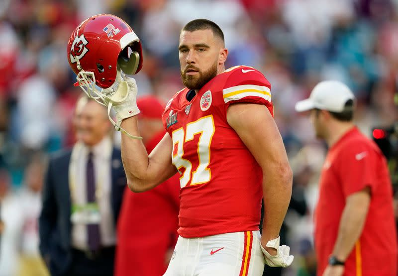 Chiefs TE Kelce signs four-year extension