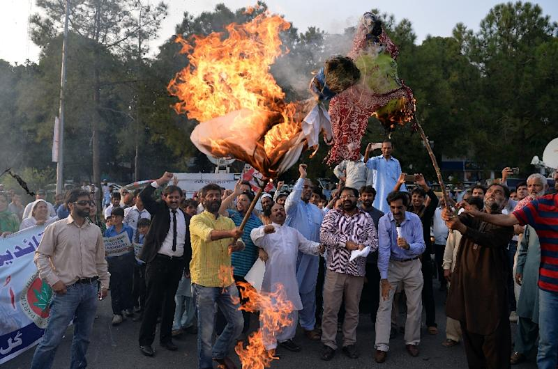 Pakistani Kashmiris burn effigies of Indian Prime Minister Narendra Modi and Foreign Minister Sushma Swaraj during a protest in Islamabad, on September 26, 2016, to show their solidarity with Indian Kashmiri Muslims (AFP Photo/Aamir Qureshi)