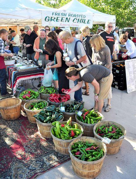 PHOTO: Shoppers select red and green chile peppers for sale at the popular vegetable market in Santa Fe, N.M., Aug. 21, 2013.  (Robert Alexander/Getty Images, FILE)